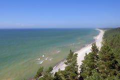 Sandig kustlinje av Östersjön Arkivbild