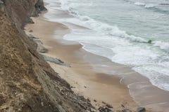 Sandig liten vik på den Almagreira stranden i den centrala portugisiska västra kusten, i Peniche Arkivbild