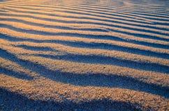 sandig solnedgång för strand Detaljkrusningar av sand tropiskt område, ferie arkivbild
