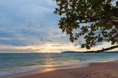 Sandig strand, Andaman hav under solnedgången - skytte Royaltyfria Foton