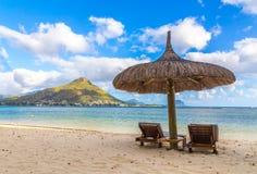 Sandig strand av Flic en-flac Mauritius som förbiser Tourelle du Ta Royaltyfri Foto