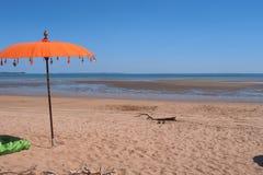 Sandig strand, blå himmel och apelsinparaply på den östliga punktreserven Royaltyfria Foton