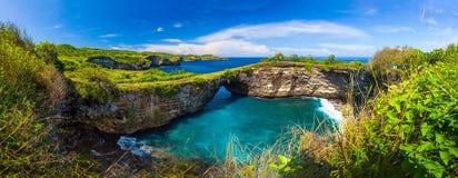 Sandig strand för fantastisk lös natursikt med steniga berg och den azura lagun Arkivbild