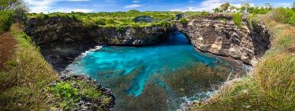 Sandig strand för fantastisk lös natursikt med steniga berg och den azura lagun Arkivfoton
