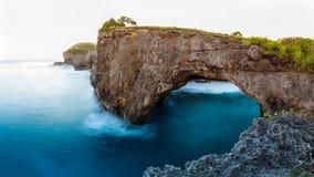 Sandig strand för fantastisk lös natursikt med steniga berg och den azura lagun Royaltyfria Foton
