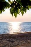 Sandig strand, hav under solnedgångbakgrunden arkivfoto
