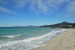 Sandig strand i den korsikanska stadl&en x27; Iles-Rousse Arkivbild