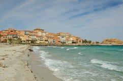 Sandig strand i den korsikanska stadl&en x27; Iles-Rousse Royaltyfri Bild