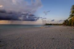 Sandig strand i kubansk sommar Royaltyfria Bilder