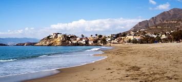 Sandig strand i Murcia med berget i bakgrund royaltyfri fotografi