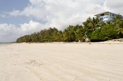Sandig strand i staden av Bamburi Arkivfoton