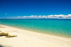 Sandig strand med blått paradisvatten, Halkidiki, Kassandra, Gree royaltyfria bilder