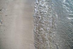 Sandig strand med klart vatten och härlig blå himmel med moln Royaltyfri Fotografi