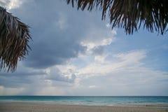 Sandig strand med klart vatten och härlig blå himmel med moln Fotografering för Bildbyråer