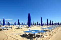 Sandig strand med strandlättheter Arkivfoton
