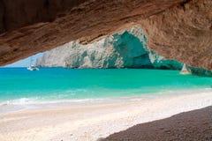 Sandig strand med suddighetshavet på bakgrund Arkivbilder
