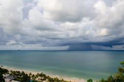 Sandig strand och grönt hav Fotografering för Bildbyråer