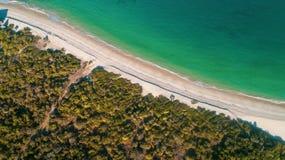 Sandig strand och hav i Zanzibar royaltyfri fotografi