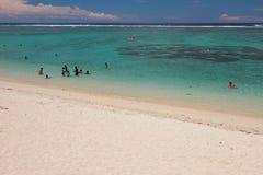 Sandig strand och hav Laguneremitboning, möte Royaltyfria Bilder