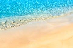 Sandig strand och kristallklart vatten för turkos Arkivfoton