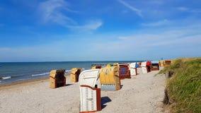 Sandig strand och strandstolar på Östersjön royaltyfri foto