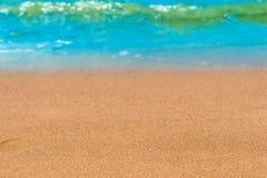 Sandig strand och vågor Arkivbilder