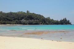 Sandig strand och zon av badningen Baie Lazare, Mahe, Seychellerna Royaltyfri Fotografi