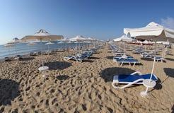 Sandig strand på den soliga stranden Royaltyfri Bild
