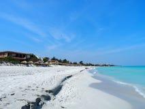Sandig strand på det karibiska havet i den Varadero staden i Kuba Royaltyfri Bild