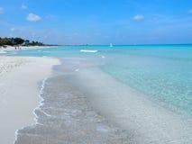Sandig strand på det karibiska havet i den Varadero staden i Kuba Royaltyfri Foto