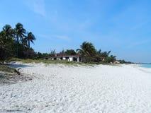 Sandig strand på det karibiska havet i den Varadero staden i Kuba Arkivbild