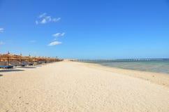 Sandig strand på hotellet i Marsa Alam - Egypten Royaltyfri Fotografi