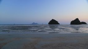 Sandig strand på skymning stock video