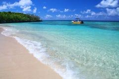 Sandig strand p? Gee ?n i den Ouvea lagun, lojalitet?ar, Nya Kaledonien arkivfoto