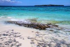 Sandig strand p? Gee ?n i den Ouvea lagun, lojalitet?ar, Nya Kaledonien royaltyfri bild