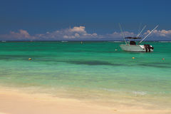 Sandig strand, powerboat, hav Trou hjälpBiches, Mauritius Arkivfoton