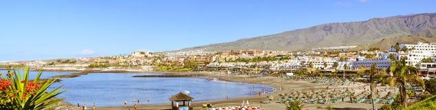 Sandig strand, sikt av Duke Castle, Costa Adeje, Tenerife, Spa Royaltyfri Bild