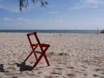 Sandig strand, stol och hav Royaltyfria Foton