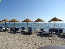 Sandig strand, stolar och paraplyer i La Manga, Spanien royaltyfri fotografi