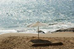 sandig strandett slags solskydd hav Arkivfoto