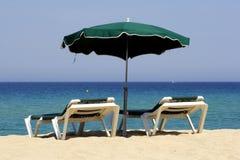 sandig sun för strandco-lounger Royaltyfri Bild