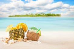 Sandig tropisk strand med sommardrinkar Arkivbilder