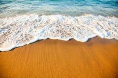 sandig wave för strand Arkivfoton