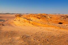 Sandiga dyn i öknen nära Abu Dhabi Arkivbild