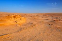 Sandiga dyn i öknen nära Abu Dhabi Arkivfoton