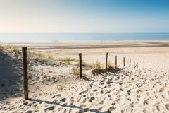 Sandiga dyn på havskusten arkivbild