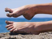 Sandiga galna kvinnatår på stranden Fotografering för Bildbyråer