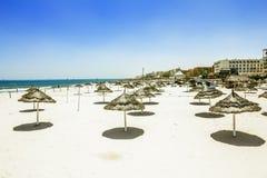Sandiga stränder med slags solskydd på det medelhavs- i Tunisien Arkivfoton
