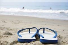sandiga strandkustsandals Arkivfoton