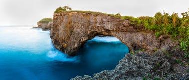 Sandiger Strand der erstaunlichen wilden Naturansicht mit felsigen Bergen und azurblauer Lagune Stockbild